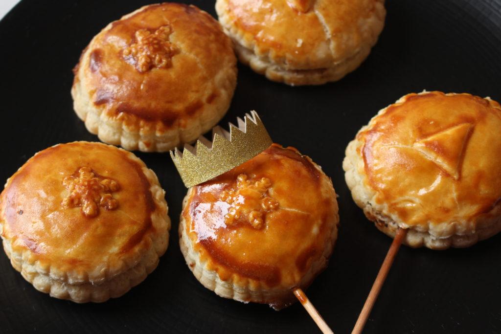 Des mini galettes fourrées à la crème de noisettes et praliné posées sur un plat.