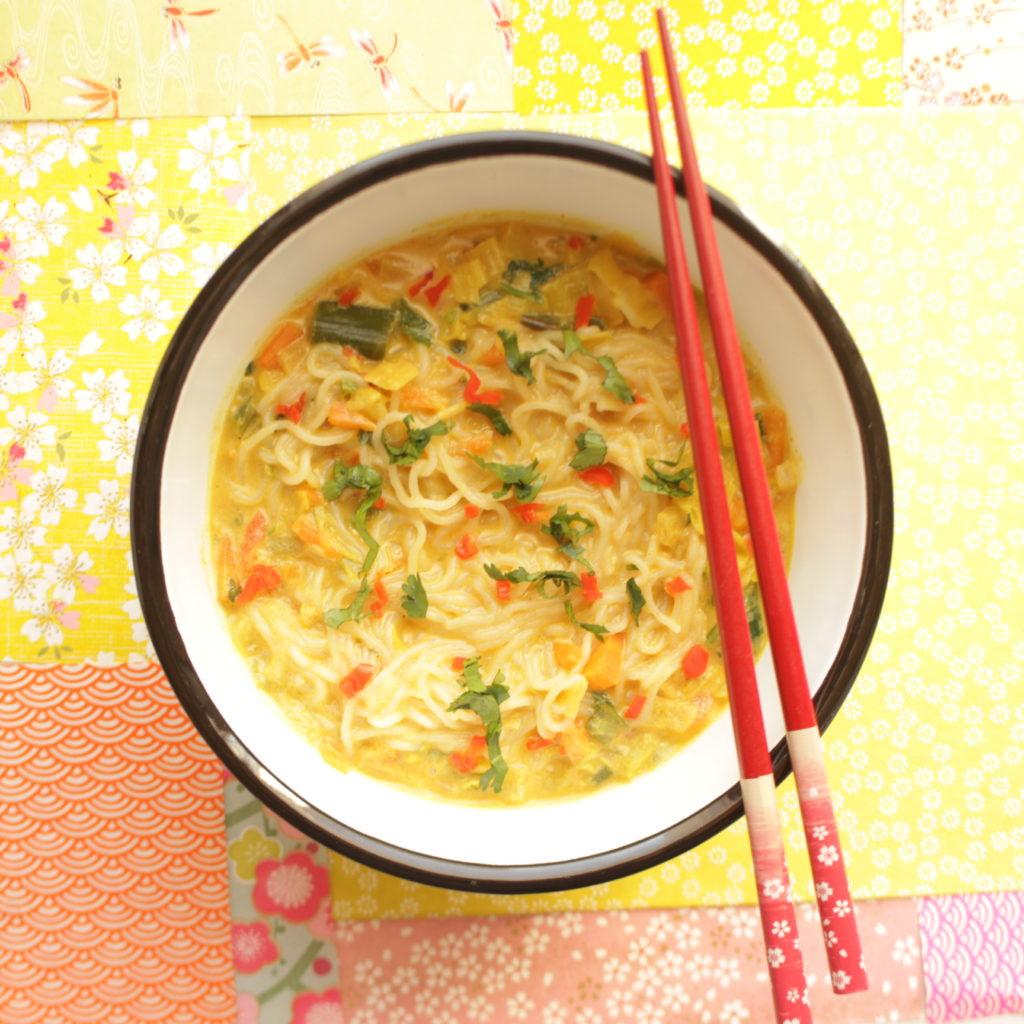 bol de nouilles sur lait de coco et papier japonais