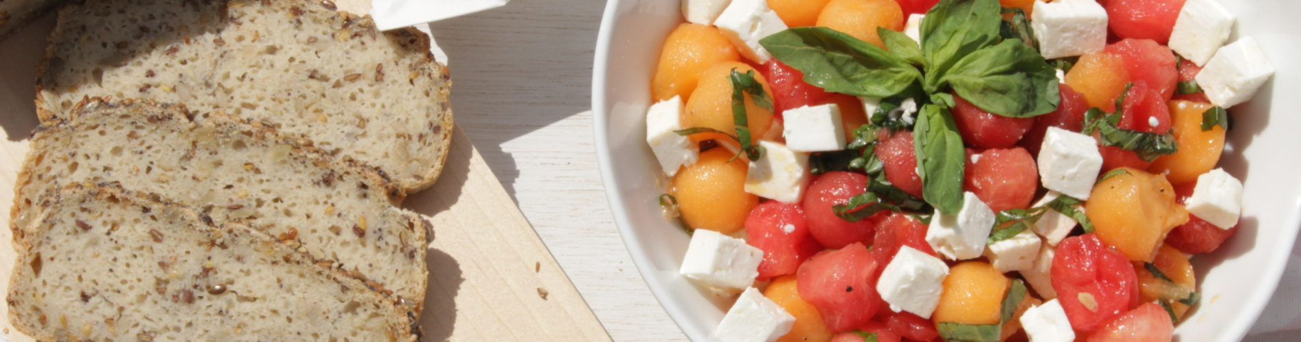 bol de billes de melon, pastèque, feta et basilic