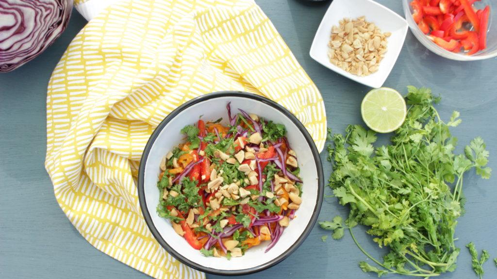 Salad bowl de nouilles sans gluten à la sauce crémeuse et épicée