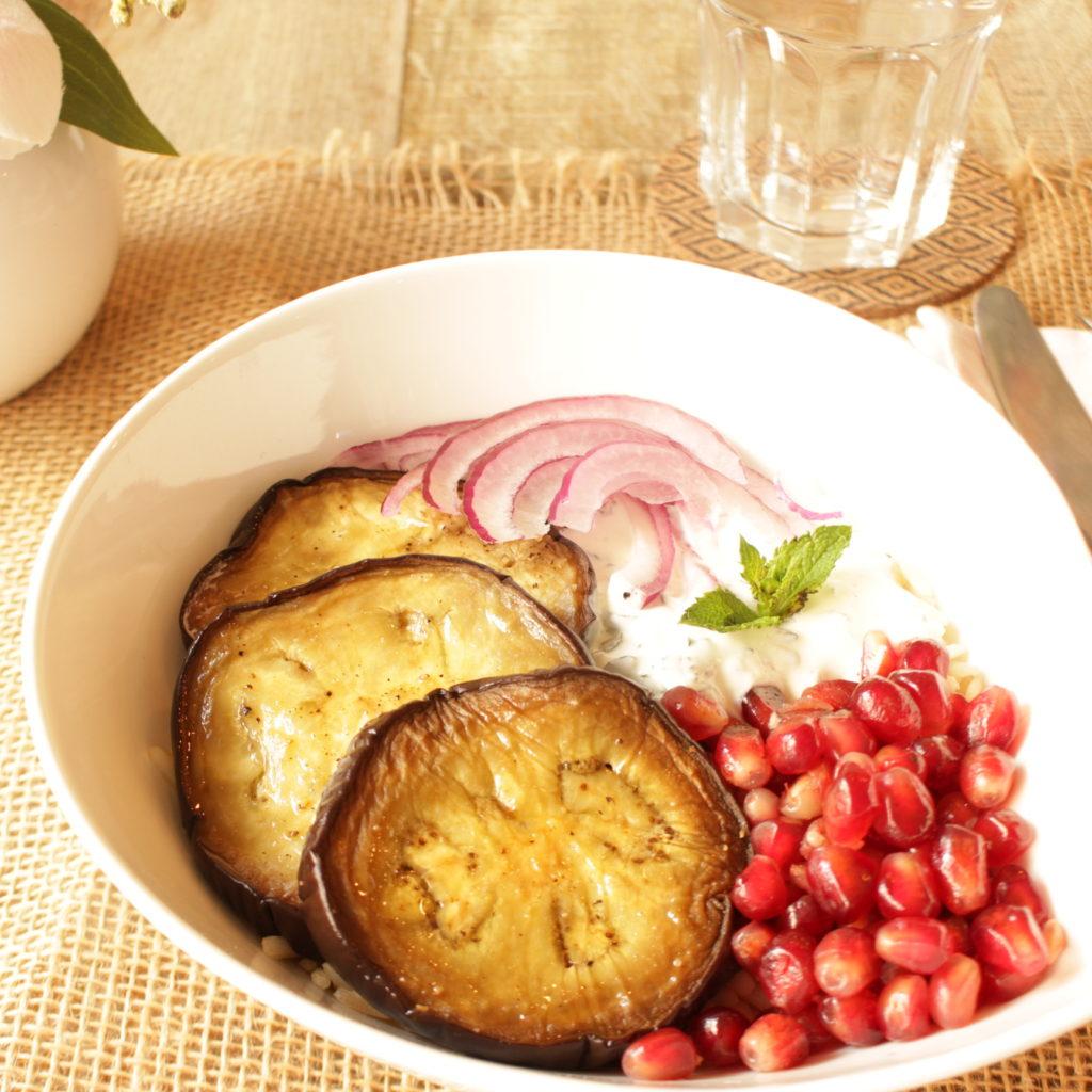 Aubergines cuites au four et sauce au yaourt à la menthe