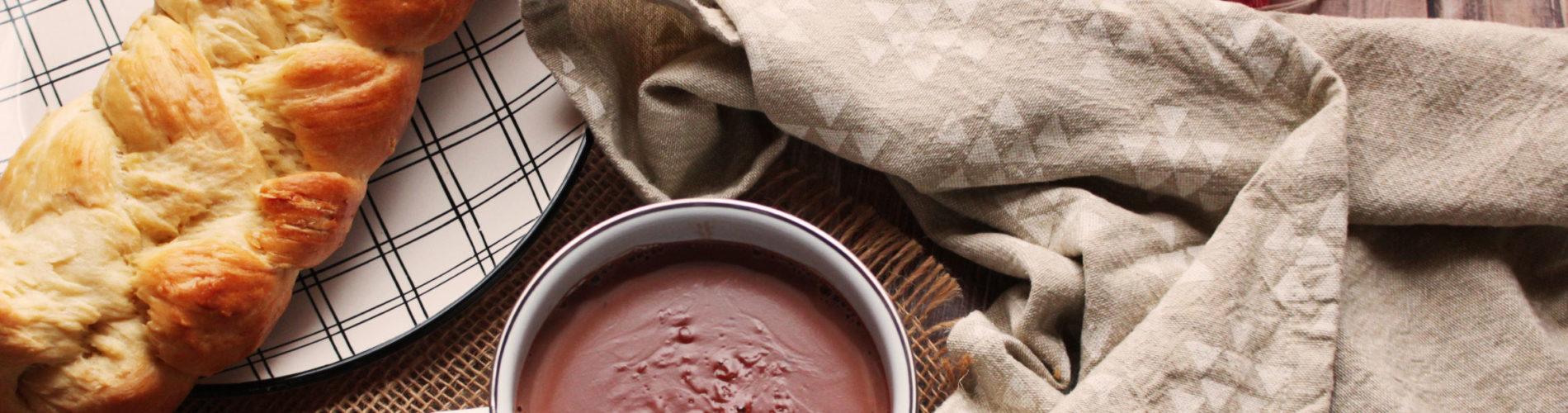 Tasse de chocolat martiniquais et pain au beurre